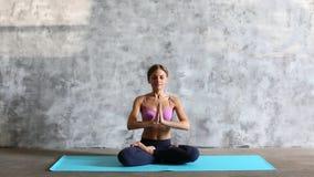 Giovane bella ragazza che fa yoga all'interno archivi video