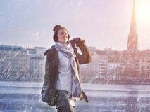 Giovane bella ragazza che gode con la nevicata nel lago Alster nella città di Amburgo Fotografia Stock