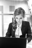 Giovane bella ragazza che lavora ad un computer portatile Fotografia Stock