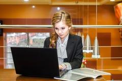 Giovane bella ragazza che lavora ad un computer portatile Immagine Stock Libera da Diritti