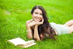 Giovane bella ragazza che legge un libro esterno Fotografia Stock Libera da Diritti
