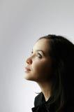 Giovane bella ragazza che osserva in su Fotografia Stock Libera da Diritti