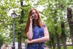 Giovane bella ragazza che parla sul telefono cellulare Fotografia Stock Libera da Diritti