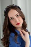 Giovane bella ragazza che posa nello studio interno Fotografie Stock