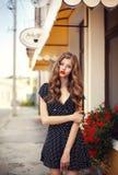Giovane bella ragazza che sta sulla via Fotografia Stock