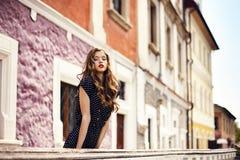 Giovane bella ragazza che sta sulla via Immagine Stock Libera da Diritti