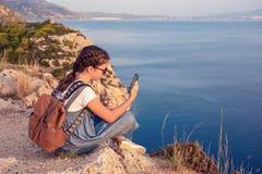 Giovane bella ragazza che viaggia lungo la costa del mar Mediterraneo fotografie stock libere da diritti