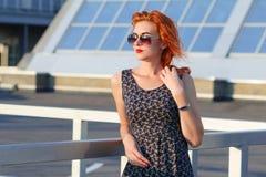 Giovane bella ragazza con il bello aspetto Donna dai capelli rossi con un fronte grazioso al tramonto Incantare, ritratto sorride Fotografia Stock Libera da Diritti