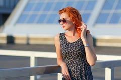 Giovane bella ragazza con il bello aspetto Donna dai capelli rossi con un fronte grazioso al tramonto Incantare, ritratto sorride Fotografie Stock