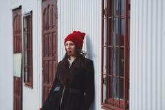Giovane bella ragazza con il cappello rosso fotografie stock libere da diritti