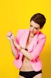 Giovane bella ragazza con un orologio attuale Fotografie Stock