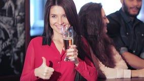 Giovane bella ragazza con una birra nella società di stock footage