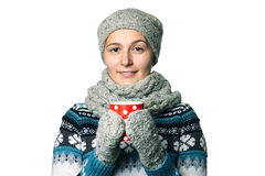 Giovane bella ragazza con una tazza in ritratto di inverno delle mani su fondo bianco, copyspace Immagine Stock Libera da Diritti
