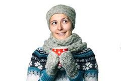 Giovane bella ragazza con una tazza in ritratto di inverno delle mani su fondo bianco, copyspace Immagini Stock