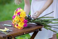 Giovane bella ragazza di The del fiorista della donna in Fotografie Stock
