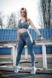 Giovane bella ragazza di sport dei capelli biondi che fa allungando esercizio Fotografia Stock