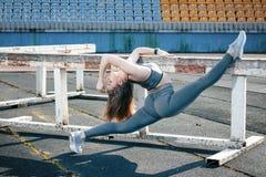 Giovane bella ragazza di sport dei capelli biondi che fa allungando esercizio Fotografia Stock Libera da Diritti