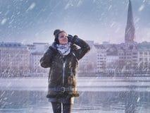Giovane bella ragazza e nevicare nel lago Alster nella città di Amburgo Fotografie Stock Libere da Diritti