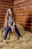 Giovane bella ragazza esile nel hayloft fotografia stock