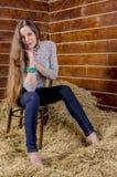 Giovane bella ragazza esile nel hayloft fotografie stock libere da diritti