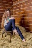 Giovane bella ragazza esile nel hayloft immagini stock libere da diritti