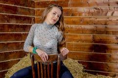 Giovane bella ragazza esile nel hayloft immagini stock