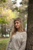 Giovane bella ragazza fotografata su un fondo della natura Immagini Stock Libere da Diritti