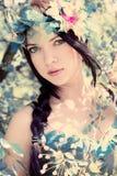 Giovane bella ragazza fra gli alberi di fioritura Fotografie Stock Libere da Diritti
