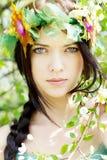 Giovane bella ragazza fra gli alberi di fioritura Fotografie Stock