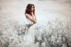 Giovane bella ragazza nel campo Fotografia Stock
