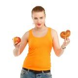 Giovane bella ragazza nel pensiero del che cosa mangiare per perdere peso - Th Fotografie Stock