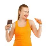 Giovane bella ragazza nel pensiero del che cosa mangiare per perdere peso - Th fotografia stock libera da diritti