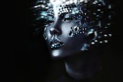 Giovane bella ragazza nel trucco nero con il cristallo di rocca, fondo scuro, effetto di moto Fotografia Stock Libera da Diritti