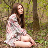 Giovane bella ragazza sexy in una camicia nel legno o nel parco Immagini Stock