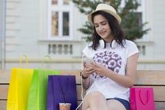 Giovane bella ragazza sorridente, un adolescente, con un cappello che riposa sopra Fotografia Stock