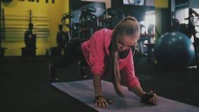 Giovane bella ragazza sportiva con una coperta Forma fisica sport stock footage