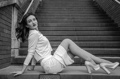 Giovane bella ragazza sui punti nella città Immagini Stock Libere da Diritti