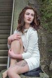 Giovane bella ragazza sui punti nella città Fotografie Stock