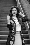 Giovane bella ragazza sui punti nella città Fotografia Stock Libera da Diritti
