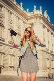 Giovane bella ragazza turistica che visita Europa negli studenti di scambio di feste e che prende l'immagine del selfie Fotografia Stock Libera da Diritti