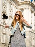 Giovane bella ragazza turistica che visita Europa negli studenti di scambio di feste e che prende l'immagine del selfie Fotografie Stock Libere da Diritti