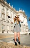 Giovane bella ragazza turistica che visita Europa negli studenti di scambio di feste e che prende l'immagine del selfie Fotografie Stock