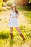 Giovane bella ragazza in un cappello da cowboy Immagini Stock Libere da Diritti