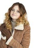Giovane bella ragazza in un cappotto di pelle di pecora di cuoio fotografia stock