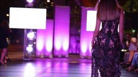 Giovane bella sfilata di moda di camminata affascinante di modello della fase video d archivio