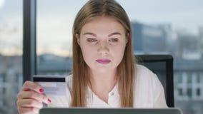 Giovane bella signora che esamina il computer portatile fotografia stock libera da diritti