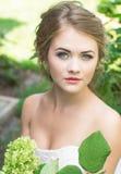 Giovane bella sposa bionda sveglia Fotografia Stock