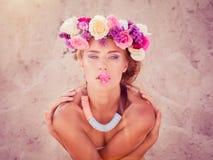 Giovane bella sposa bionda in una corona che posa sulla spiaggia Fotografia Stock