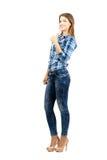 Giovane bella studentessa in camicia di plaid con il pollice sul gesto Fotografie Stock