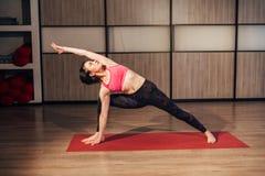Giovane bella yoga castana che posa su uno studio Fotografia Stock